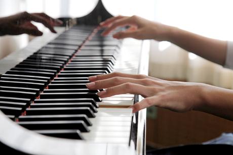 ピアノをひく指先