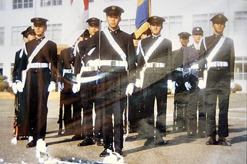 制服姿の男たち 写真