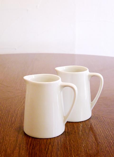 双子のような喫茶店のミルク入れ 写真