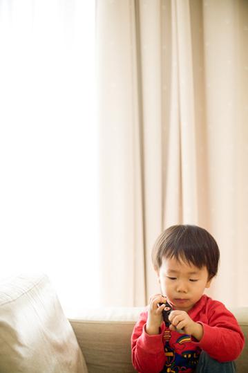 マクドナルドハッピーセットで遊ぶ息子 写真