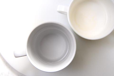 テーブルに並ぶ2つのコップ,写真