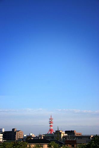 赤いアンテナと青い空,写真