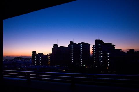 マンション群の夜明け 写真